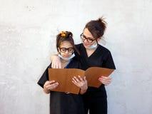 Mamma med hennes dotter, läkare Arkivfoton