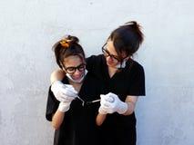 Mamma med hennes dotter, tandläkare Arkivfoton