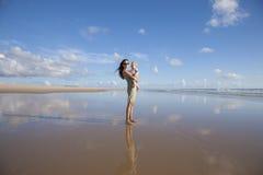 Mamma met baby bij eenzaam strand Stock Fotografie