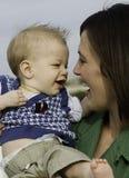 Mamma met de zoon van de babyzuigeling Stock Fotografie