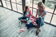 Mamma met dochter die het schoonmaken doen royalty-vrije stock foto's