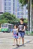 Mamma met dochter op de straat, Zhuhai, China stock foto