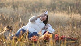 Mamma met een kind en een telefoon stock footage