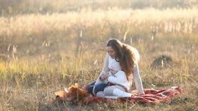 Mamma met een kind en een telefoon stock videobeelden