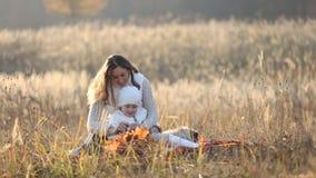 Mamma met een kind en een telefoon stock video