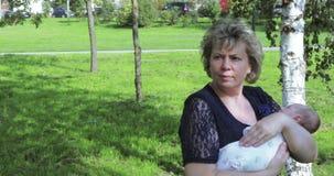 Mamma met een volwassen dochter en een kleinzoon stock footage