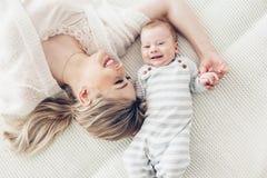 Mamma met haar 2 maand oude baby Stock Afbeeldingen