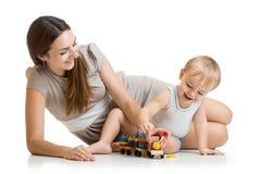 Mamma met haar spel van de jong geitjezoon samen Royalty-vrije Stock Afbeelding