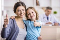 Mamma met jong geitje bij de arts Stock Afbeeldingen