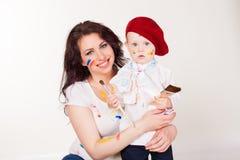Mamma met jonge kunstenaar royalty-vrije stock fotografie