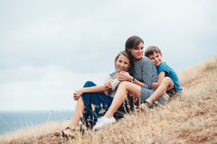 Mamma met kinderen openlucht lopen Royalty-vrije Stock Afbeeldingen