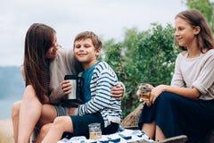 Mamma met kinderen openlucht lopen Royalty-vrije Stock Afbeelding