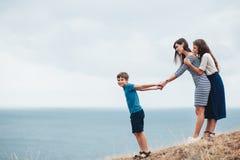 Mamma met kinderen openlucht lopen Royalty-vrije Stock Foto's