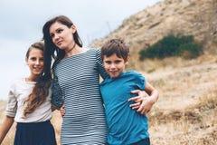 Mamma met kinderen openlucht lopen Stock Afbeelding