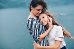 Mamma met kinderen openlucht lopen Royalty-vrije Stock Foto