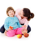 Mamma mit der Tochter, die eine gesunde Lebensart hat, und essen Äpfel Lizenzfreies Stockbild