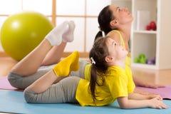 Mamma och barn som gör gymnastik familjsportar Royaltyfri Fotografi