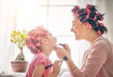 Mamma och barn som gör makeup royaltyfri fotografi