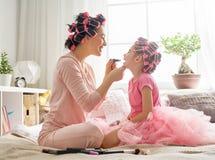 Mamma och barn som gör makeup arkivfoto