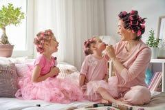 Mamma och barn som gör makeup royaltyfri bild