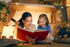 Mamma och barn som l?ser en bok royaltyfria foton