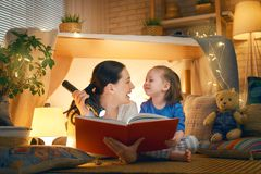 Mamma och barn som l?ser en bok arkivbild