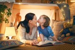 Mamma och barn som l?ser en bok royaltyfri bild