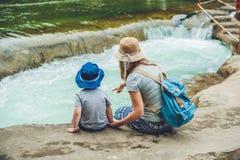 Mamma- och barnsonsammanträde på bron på en bakgrund av floden arkivbilder