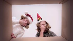 Mamma- och dotteröppningskartong arkivfilmer