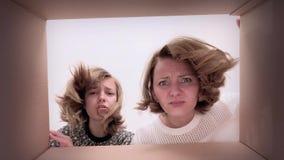 Mamma- och dotteröppningskartong stock video