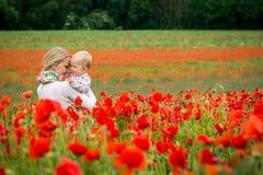 Mamma och dotter i en äng Royaltyfri Foto