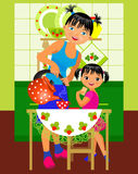 Mamma och dotter i köket Royaltyfria Bilder
