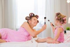 Mamma och dotter i sovrummet Arkivfoton