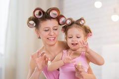 Mamma och dotter i sovrummet Royaltyfri Fotografi