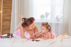 Mamma och dotter i sovrummet Royaltyfri Bild