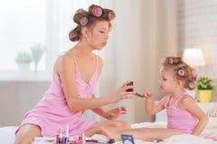 Mamma och dotter i sovrummet Royaltyfria Bilder