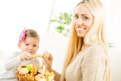 Mamma och dotter med bageriprodukter Arkivbild