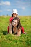Mamma och dotter på en äng Arkivfoton