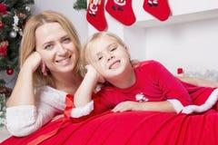 Mamma och dotter på jul Arkivbild