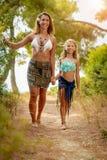 Mamma och dotter som tycker om på sommarsemester fotografering för bildbyråer