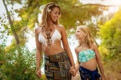 Mamma och dotter som tycker om på sommarsemester royaltyfri foto