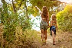 Mamma och dotter som tycker om på sommarsemester arkivbild