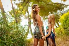Mamma och dotter som tycker om på sommarsemester arkivfoton