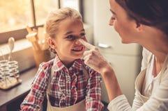 Mamma- och dotterbakning Royaltyfri Foto