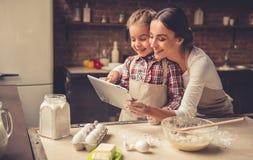 Mamma- och dotterbakning arkivfoton