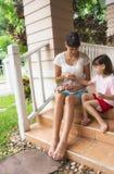 Mamma- och dotterdanandekrans royaltyfri foto