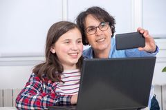 Mamma- och dotterdanandeselfie med telefonen Arkivbilder