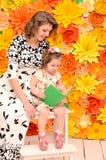 Mamma- och dotterläsebok royaltyfri fotografi