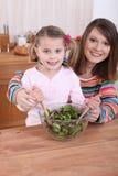 Mamma- och dottermatlagning fotografering för bildbyråer