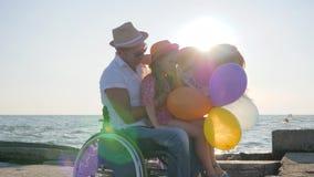 Mamma och fader som kramar dottern i panelljuset, föräldrar med barnet på öppen luft, lyckligt dottersammanträde på farsa lager videofilmer
